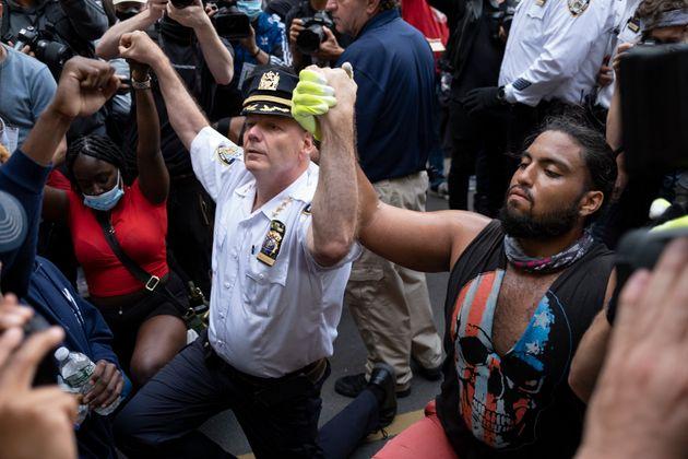 Le chef du département de la police de la ville de New York, Terence Monahan, se met à...