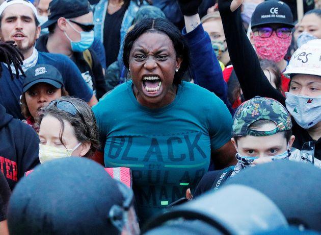 체포 과정에서 백인 경찰관의 '무릎 누르기'로 비무장 흑인 조지 플로이드가 사망한 사건에 분노한 시위가 미국 전역에서 계속되고 있다. 보스턴, 매사추세츠주. 2020년