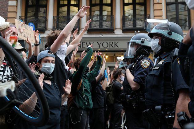 대다수 미국인은 시위를 지지하고 트럼프의 대응을 지지하지 않는다