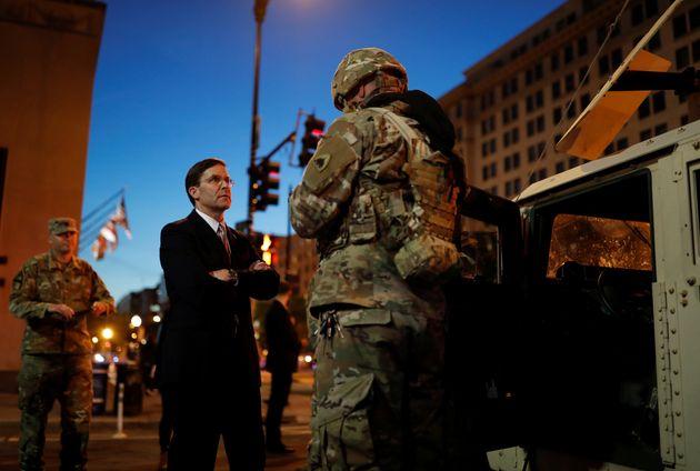 마크 에스퍼 미국 국방장관이 백악관 경계에 투입된 워싱턴DC 주방위군 관계자들을 찾아 이야기를 나누고 있다. 미국 전역에서는 비무장 흑인 남성 조지 플로이드가 백인 경찰관의 강압 체포로...