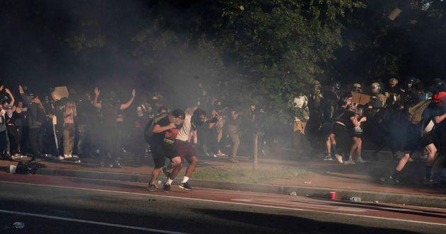 트럼프 대통령의 교회 방문 '기념촬영 이벤트'에 앞서, 진압경찰은 라파예트공원과 교회 인근에서 평화 시위를 벌이던 시위대를 강제로 해산했다. 2020년