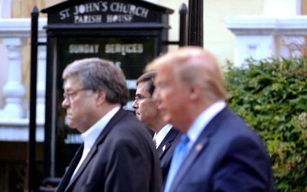 트럼프 대통령의 '교회 사진촬영 이벤트'에 동행한 마크 에스퍼 국방장관(가운데). 2020년