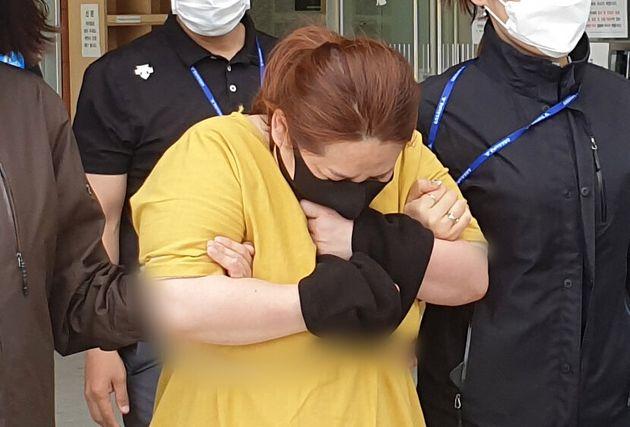 9세 의붓아들이 거짓말을 했다는 이유로 7시간이 넘게 여행용 가방에 가둬 심정지 상태에 이르게 한 40대 여성이 3일 오후 영장실질심사를 받기 위해 대전지방법원 천안지원으로 향하고