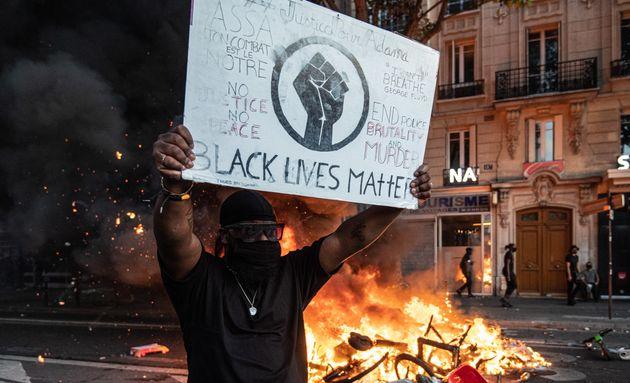 Des milliers de personnes se sont rassemblées ce 2 juin devant le Tribunal de Paris pour dénoncer...