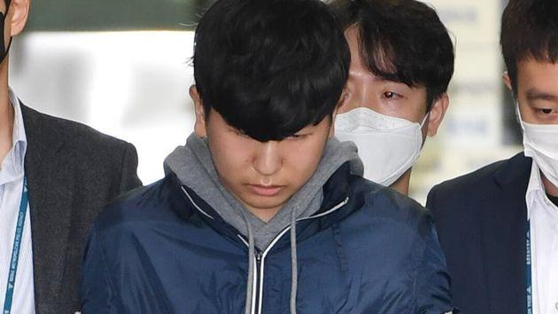 서울 종로경찰서에서 검찰로 송치되는 강훈. 2020. 4.