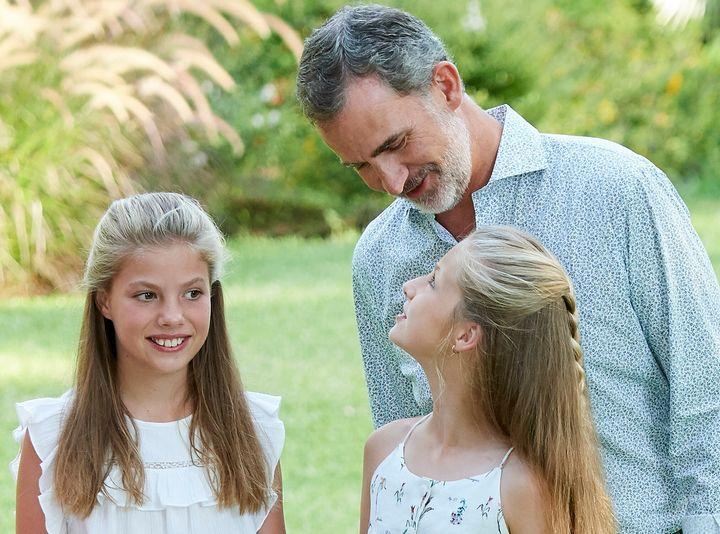 El rey Felipe VI con sus hijas, la princesa Leonor y la infanta Sofía, en una imagen del verano de 2019 en Mallorca.