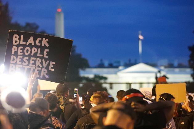 Manifestantes protestam em frente à Casa Branca na noite de terça-feira