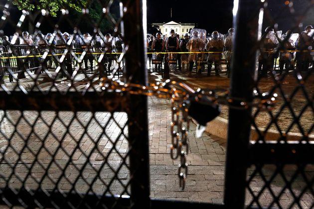 Policiais e membros da Guarda Nacional reforçaram a segurança da Casa Branca após...