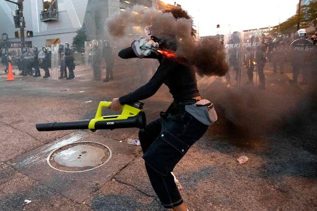 Manifestante atira elemento incendiário contra a polícia em Atlanta, na Geórgia,...