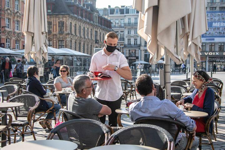 Après la réouverture des restaurants, des bars et des cafés le 2 juin, de nouvelles règles sont en vigueur. Les clients ne peuvent pas être plus de 10 convives par table, et chaque table doit être espacée d'un mètre minimum (photo d'illustration - Lille, le 2 juin).