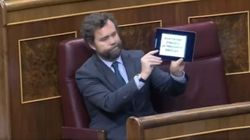 Espinosa de los Monteros enseña este mensaje en su tablet mientras estaba hablando la portavoz del