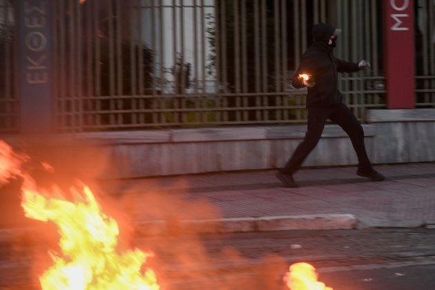 Επεισόδια έξω από την αμερικάνικη πρεσβεία - 12 προσαγωγές, σπασμένες βιτρίνες στο