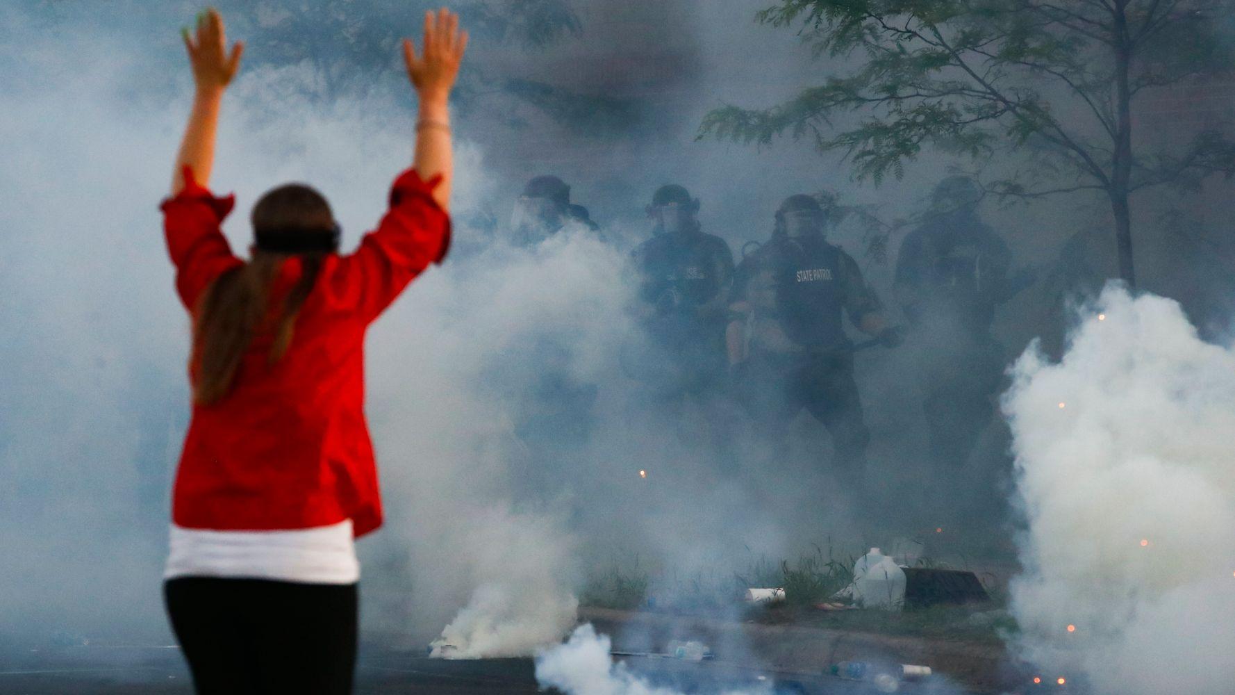 Qué hacer si te golpean gases lacrimógenos o spray de pimienta mientras protestas