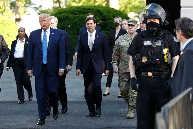 (자료사진) 2020년 6월1일 - 도널드 트럼프 대통령은백악관에서 나와 걸어서 라파예트공원을 거쳐 세인트 존스 교회로 향한 뒤 성경책을 들고 '기념촬영'을 했다....
