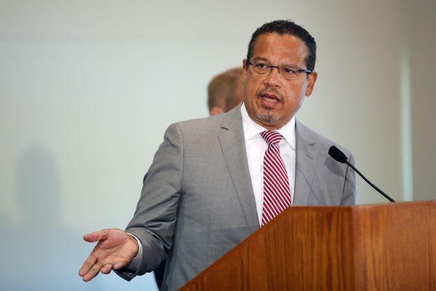 記者会見で起訴を発表した、キース・エリソン司法長官