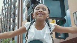 フロイドさんの6歳の娘が「お父さんは世界を変えた」。父の親友、元NBA選手の肩に乗って叫ぶ