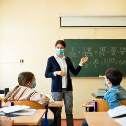 Enseigner avec un masque, l'expérience est mitigée chez les