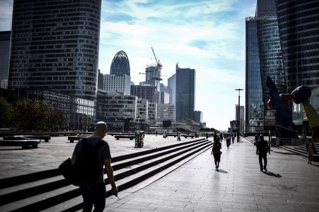 Image d'illustration - Des piétons dans le quartier d'affaire de La Défense à Paris en