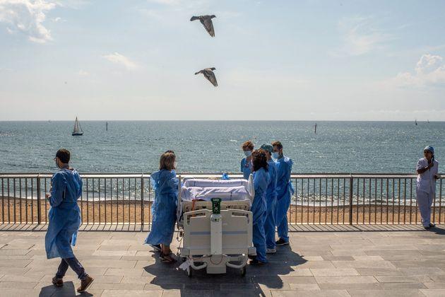 Isidre Correa, acompañado del personal sanitario del hospital del Mar, en el paseo marítimo de