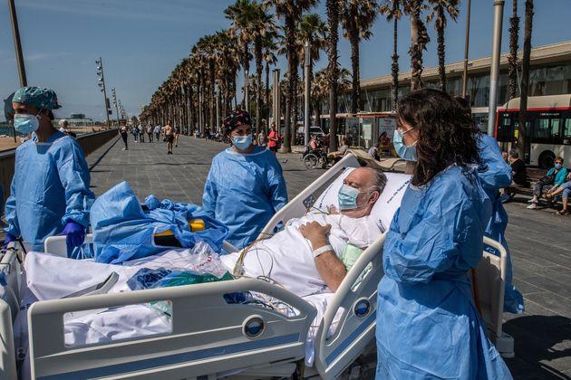 Isidre Correa, acompañado de las enfermeras Àngela García (gorro negro) y Carla Farré (gorro azul), la...