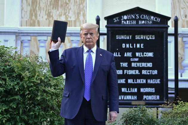 Donald Trump posa con una Biblia en la