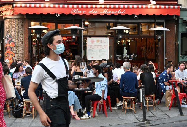 La terrasse d'un bar à Paris, le 2 juin