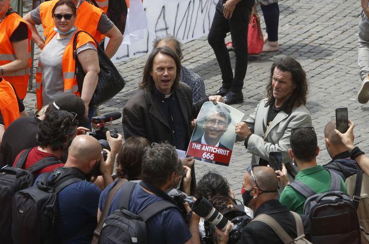 Manifestação em Roma, na Itália, no dia 2 de junho, contra as ações de combate ao novo coronavírus do governo italiano, apontou o fundador da Microsoft Bill Gates como um dos culpados pela existência do vírus.