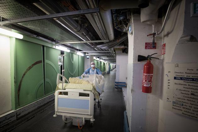 Un agent de santé à l'hôpital Lariboisière à Paris, le 27 avril