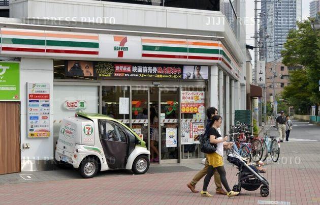 1974年にオープンしたセブンイレブンの国内1号店・豊洲店と、宅配サービス用の電気自動車(東京都江東区) 2015年09月23日