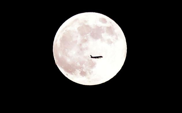 2018年6月27日(現地時間)、アメリカ・カリフォルニア州で見られたストロベリームーン。