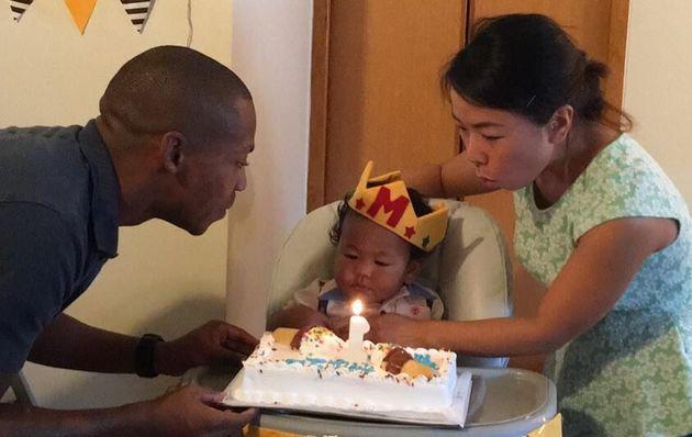 ウィリアムズ友美さんが、夫のウィルさんと息子のマリカ君と誕生日を祝う=ウィリアムズさん提供