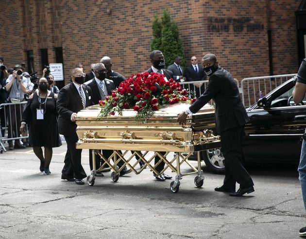 Trasladan el féretro de George Floyd a un coche fúnebre tras el primero de los tres funerales...