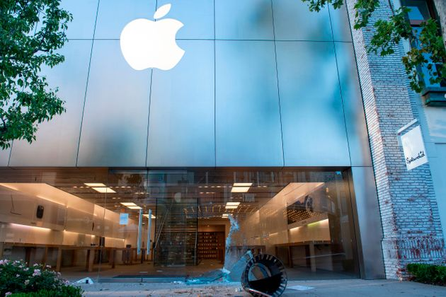 5월30일 시위가 열린 LA 페어팩스에서 애플스토어의 창문이 깨진