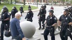 La violenza della Polizia di Buffalo. Scaraventano a terra un anziano, due agenti