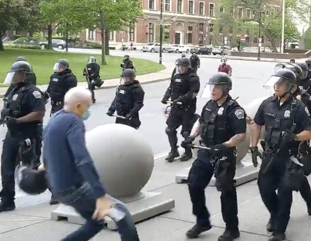 Poliziotti di Buffalo spingono un anziano a terra ferendolo