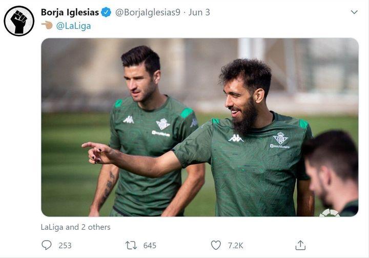 Borja Iglesias, joueur de foot au Real Betis, s'est verni les ongles en noir pour protester contre le racisme. Après avoir posté une photo de son entraînement sur Twitter, il a reçu de nombreux commentaires homophobes.