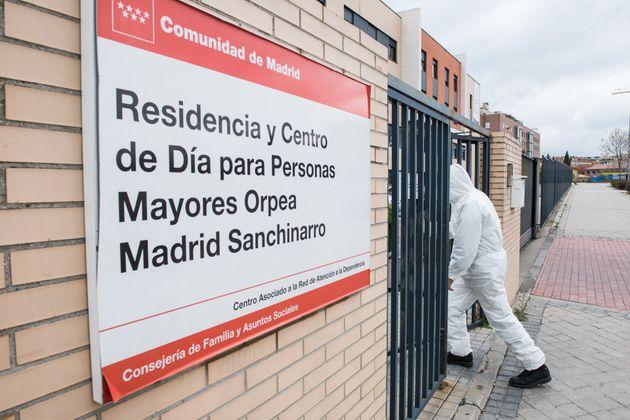 Un militar de la UME entra el pasado 27 de marzo a una residencia de Madrid para