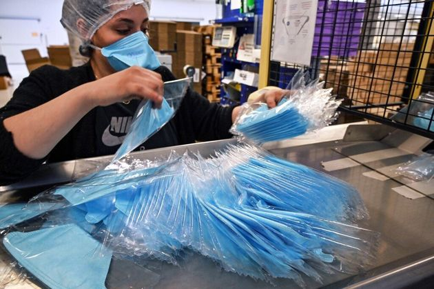 Ici dans une unité de production de masques du groupe Valmy à Mably dans la Loire, le 28...