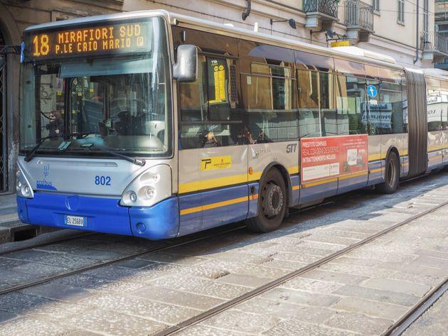 Chiede al passeggero di indossare la mascherina, autista scaraventata fuori dal bus a