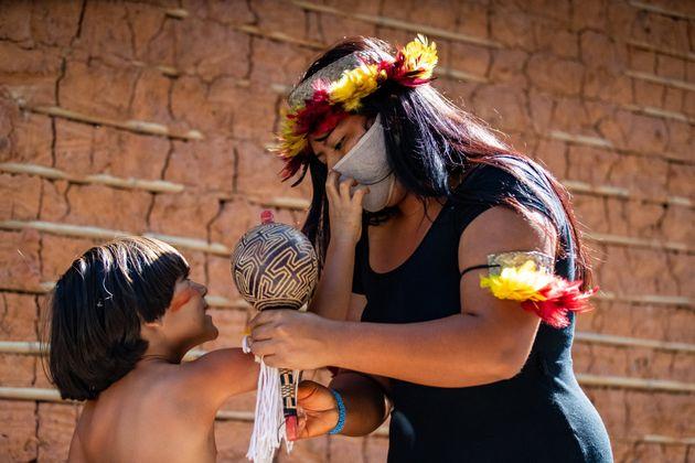 Em Maricá, no Rio, a indígena Suzana Para'í, da tribo Guarani Mbyá, ao lado...