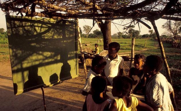 Crianças assistem à aula em improvisada escola rural no Quilombo Rio das Rãs, na...