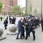 Un policier américain filmé poussant à terre un homme de 75