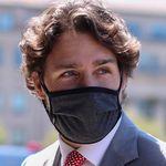 Justin Trudeau met le genou à terre dans une manif contre le