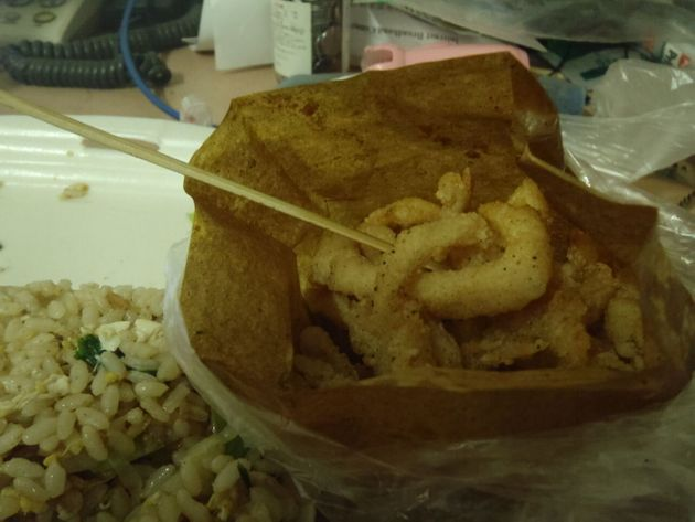 上海時代に露店で調達した食料。一応鶏肉という説明だった。食べても何の肉か分からなかった。