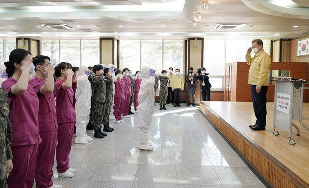 문재인 대통령이 지난 3월2일 오후 대전 유성구 국군간호사관학교를 방문해 신종 코로나바이러스 감염증(코로나19) 관련 교육 중인 신임 장교 등의 경례를 받고