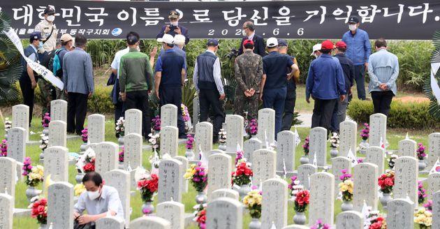 제65회 현충일인 6일 서울 동작구 국립서울현충원에서 참배객들이 추모하고 있다.
