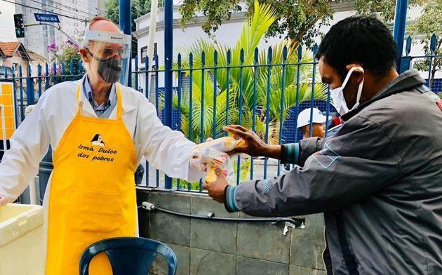 Padre Júlio Lancellotti distribui alimentos para moradores de rua da capital