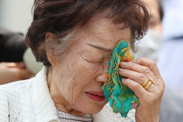 이용수 할머니가 6일 오전 대구 중구 서문로 희움 일본군 위안부 역사관에서 열린 '대구·경북 일본군 위안부 피해자 추모의 날' 행사에 참석해 세상 먼저 떠난 할머니들의 영정을 바라보다...