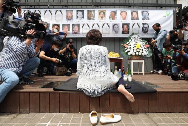 이용수 할머니가 6일 오전 대구 중구 서문로 희움 일본군 위안부 역사관에서 열린 '대구·경북 일본군 위안부 피해자 추모의 날' 행사에 참석해 먼저 세상을 떠난 할머니들 앞에서 울분을...