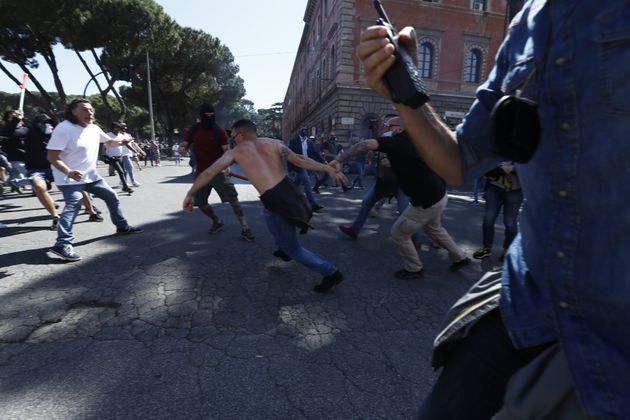 Tensioni a Circo Massimo alla manifestazione dei gruppi di e